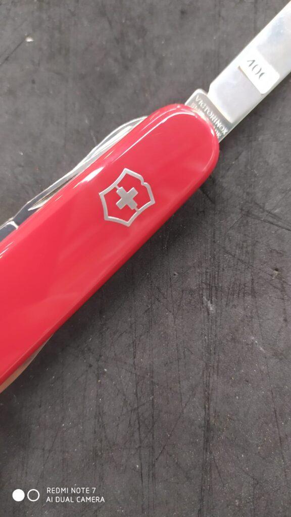 Photo d'un couteau suisse victorinox montrant le logo sur le manche